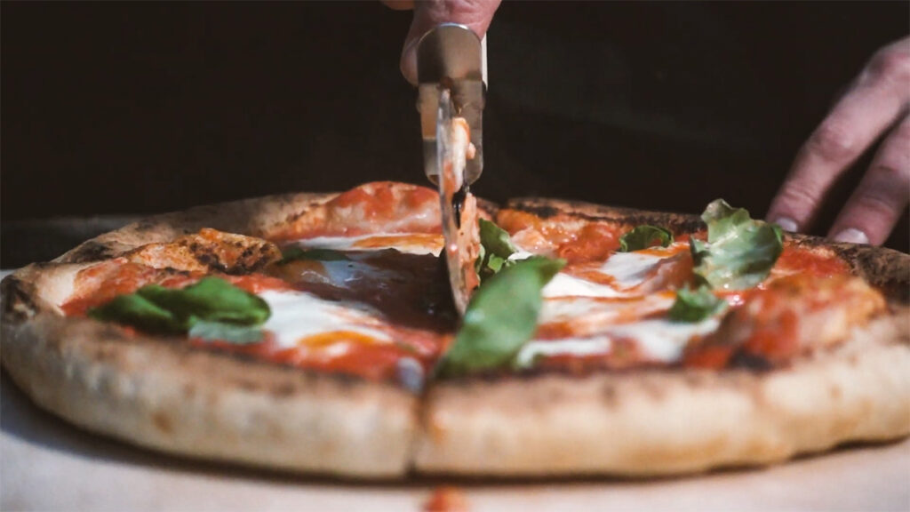 Foto van een pittige pizza met hot sauce